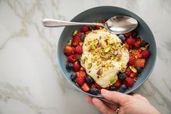 Salada de fruto da baga com morangos, mirtilos, framboesa, pistache, entusiasmo de limão e creme do quark do óleo de linhaça na b foto de stock