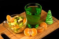 Salada de fruto e segmentos da tangerina em um apoio de madeira Fotografia de Stock