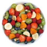 A salada de fruto em uma bacia com frutos gosta de morangos e de blueberr Imagem de Stock