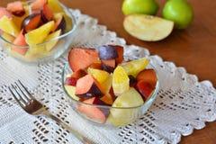 Salada de fruto misturada fresca na bacia Imagens de Stock
