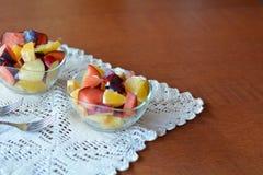 Salada de fruto misturada fresca na bacia Foto de Stock
