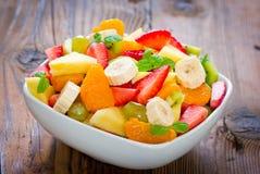 Salada de fruto na bacia Fotos de Stock