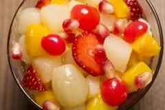 Salada de fruto na bacia de vidro fotografia de stock