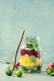 Salada de fruto no frasco de pedreiro Foto de Stock