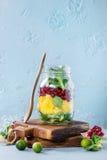 Salada de fruto no frasco de pedreiro Fotos de Stock