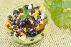 A salada de fruto original saudável serviu em um melão fresco Imagens de Stock