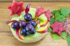 A salada de fruto original saudável serviu em um melão fresco em um t de madeira Fotos de Stock Royalty Free