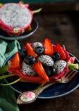 A salada de fruto tropical serviu dentro de um fruto do dragão Fotografia de Stock