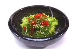 Salada de Hiyashi Wakame Chuka, de alga com sésamo e isolador do tobiko Fotografia de Stock