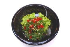Salada de Hiyashi Wakame Chuka, de alga com sésamo e isolador do tobiko Foto de Stock