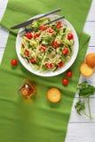 Salada de macarrão com brotos e vegetarianos Fotos de Stock Royalty Free