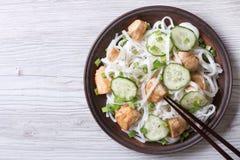 Salada de macarronetes de arroz com opinião superior da galinha e dos pepinos Foto de Stock