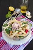 Salada de massa com alimento e espinafres de mar Imagem de Stock