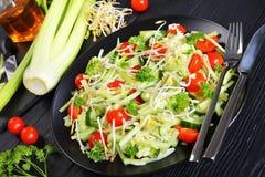 Salada de massa com brotos e vegetarianos Imagens de Stock