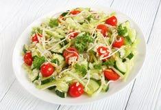 Salada de massa com brotos e vegetarianos Fotografia de Stock