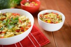 Salada de massa com carne e pimenta da galinha Foto de Stock Royalty Free