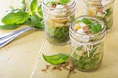 Salada de massa com farfalle, ervilhas e feta Imagem de Stock