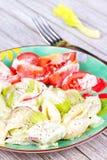 Salada de massa cremosa com aipo e a cebola vermelha Imagens de Stock Royalty Free