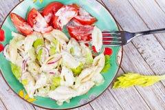 Salada de massa cremosa com aipo e a cebola vermelha Fotos de Stock Royalty Free