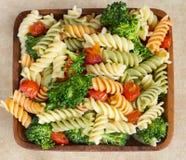 Salada de massa e veggies fotos de stock