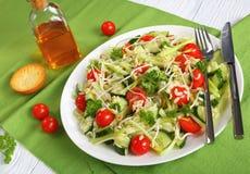 Salada de massa fresca em uma placa, close-up Fotos de Stock
