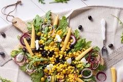 Salada de milho com rúcula e azeitonas imagem de stock