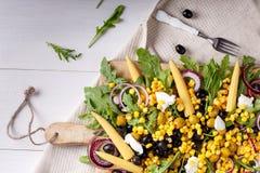 Salada de milho com rúcula e azeitonas fotografia de stock