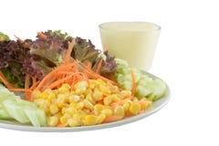 Salada de milho no fundo do isolado com trajeto Foto de Stock