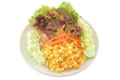 Salada de milho no fundo do isolado com trajeto Imagem de Stock Royalty Free