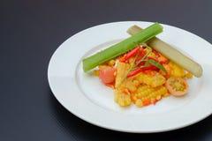 Salada de milho picante tailandesa com ovo salgado imagem de stock royalty free