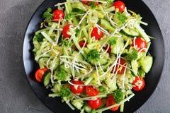 Salada de Orzo com brotos e vegetarianos Imagem de Stock