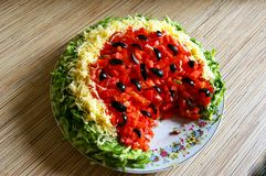 Salada de refrescamento da melancia do verão delicioso sob a forma da melancia em uma placa na tabela Vista de acima imagem de stock royalty free