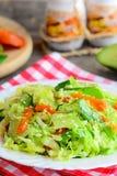 Salada de repolho fácil da couve do abacate Faça dieta a salada de couve com abacate fresco, os abricós secados, a rúcula e o sés imagem de stock royalty free
