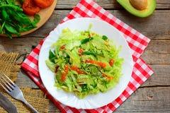 Salada de repolho saudável do abacate do vegetariano Salada caseiro da salada de repolho com fatias de abacate frescas, os abricó foto de stock