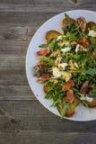 Salada de Rocket com pão roasted mussarela do figo Fotos de Stock Royalty Free