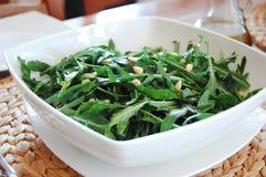 Salada de Rucola e petróleo verde-oliva fotografia de stock royalty free