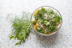 Salada de tomates e do pepino amarelos frescos com ervas e sementes de sésamo Fotos de Stock Royalty Free