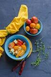 Salada de tomates vermelhos e amarelos em uma bacia fotografia de stock