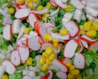 Salada de varas, de milho e de couve do caranguejo fotos de stock royalty free