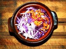 Salada de vegetais, de cenouras e do aipo finamente cortados da couve Fotos de Stock