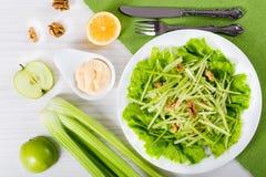 Salada de Waldorf com nozes, a maçã verde e o aipo Imagens de Stock