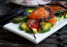 Salada delicada com um salmão, um calamar fotos de stock