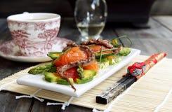 Salada delicada com um salmão, um calamar fotografia de stock