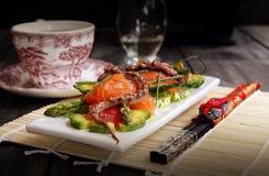 Salada delicada com um salmão, um calamar fotos de stock royalty free