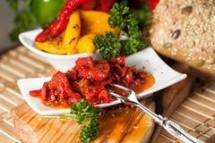 Salada deliciosa da pimenta com pimentas e tomates das cebolas Imagem de Stock