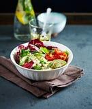 Salada do abacate, do Cherry Tomato e do Radicchio com feta e Chia Seeds foto de stock royalty free