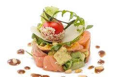 Salada do abacate e dos salmões no branco Fotografia de Stock