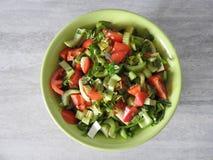 Salada do aipo com close-up dos legumes frescos em uma placa na tabela fotos de stock