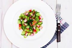 Salada do aipo, da vara do caranguejo, do pepino, de azeitonas verdes e de aneto Fotos de Stock