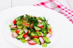 Salada do aipo, da vara do caranguejo, do pepino, de azeitonas verdes e de aneto Imagem de Stock Royalty Free